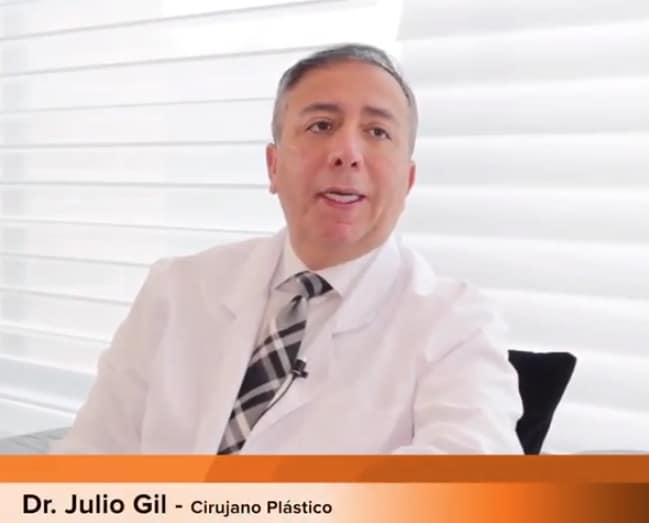 el doctor Julio Gil en su consulta